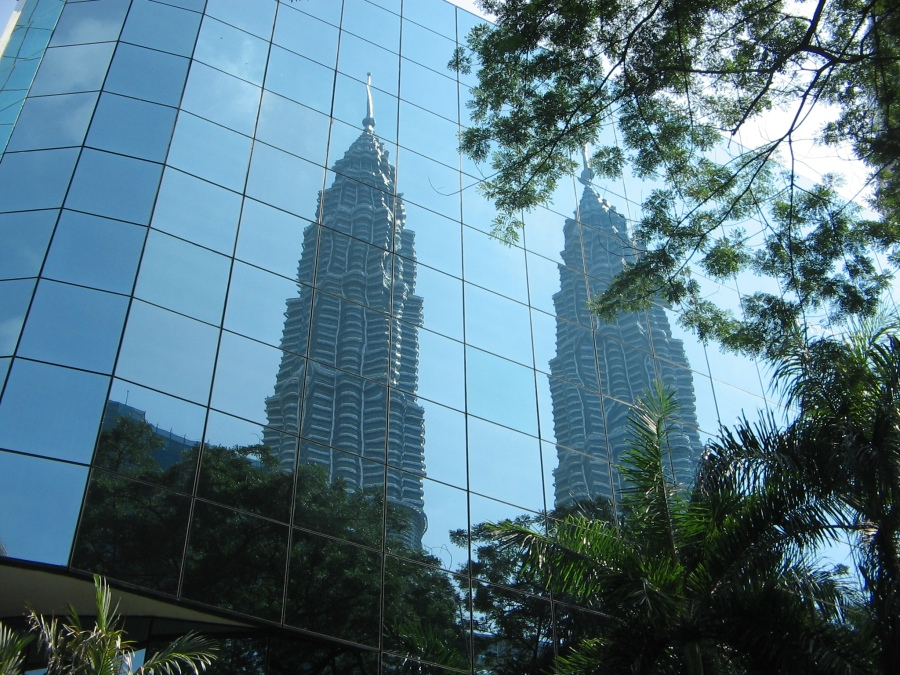 Kuala Lumpur. Turnurile Petronas reflectate intr-un zgarie nori