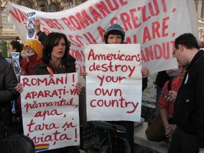 Sursa foto: http://www.exclusivnews.ro/stiri/stiri-nationale/protest-in-bucuresti-impotriva-exploatarii-gazelor-de-sist.html
