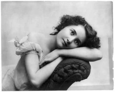 portret-femeie-tânără